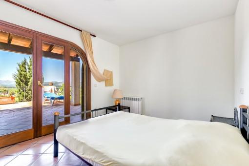 Schlafzimmer mit Blick auf die Terasse