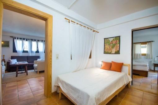Schlafzimmer mit Zugang zum Wohnbereich