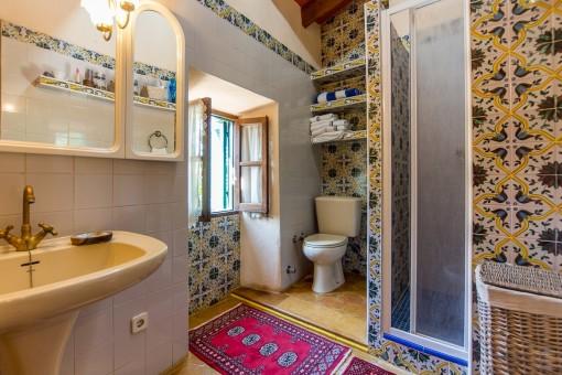 Badezimmer mit Dusche und traditionellen Fliesen