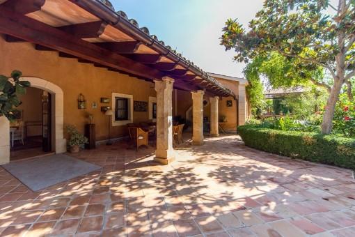 Schattiger Eingangsbereich und überdachte Terrasse