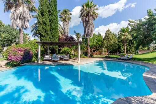 Einladender Poolbereich mit Lounge