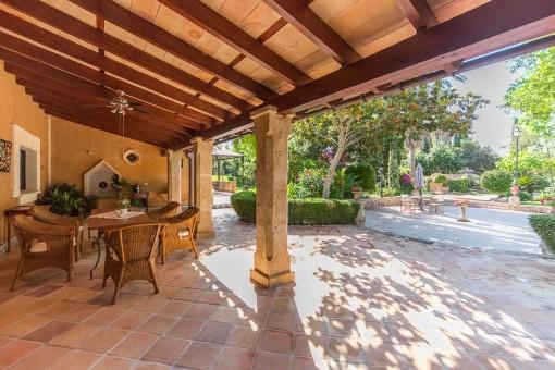 Überdachte Terrasse mit Essbereich und Blick in den Garten