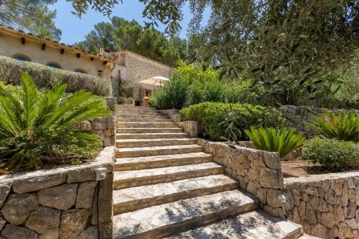 Eine Steintreppe führt zum Anwesen