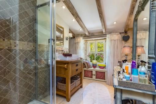 Charmantes Badezimmer mit Dusche und Spiegel