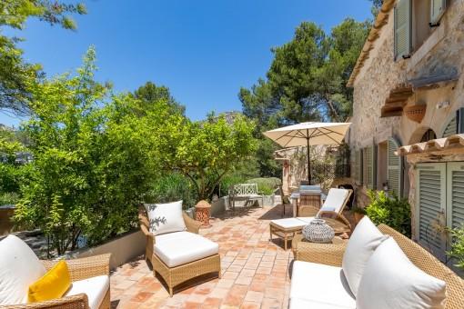 Sonnige Terrasse mit Sitzlounge