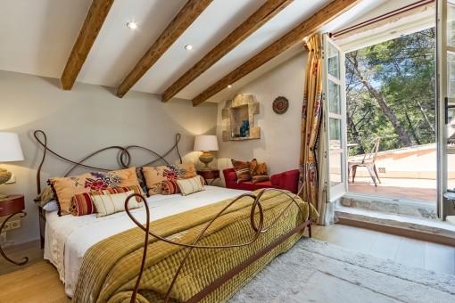 Hauptschlafzimmer mit Zugang zu einer Terrasse