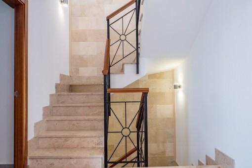 Elegante Treppe die in den ersten Stock führt