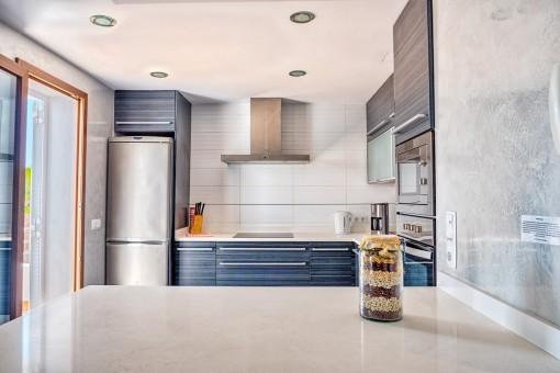 Moderne Küche mit Zugang zur Terrasse