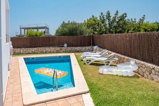 Schöner Gartenbereich mit Pool