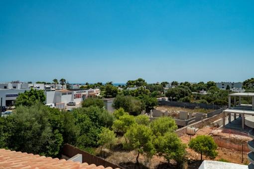 Atembreaubender Blick von der Terrasse über Cala d'Or und das Meer