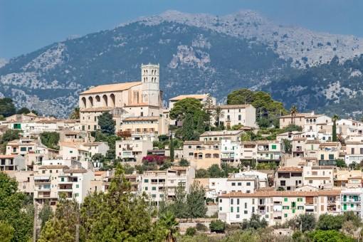 Beeindruckender Blick auf das Dorf und die Berge