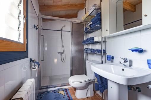 Eines von 3 Badezimmern mit Dusche und Tageslicht