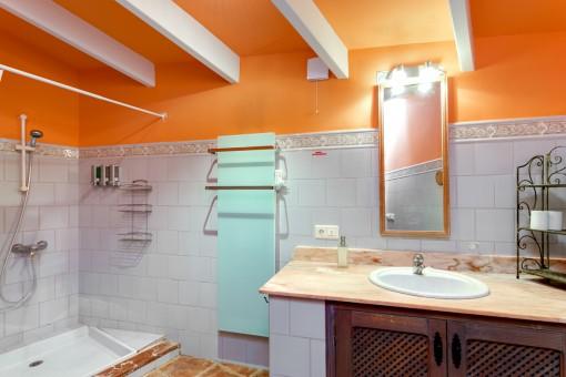 Geräumiges Badezimmer mit Dusche und Waschbecken