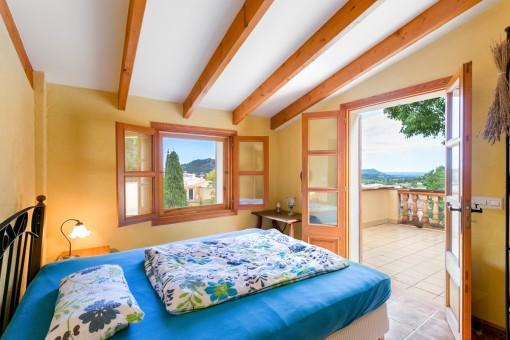 Helles Schlafzimmer mit Zugang zur Terrasse