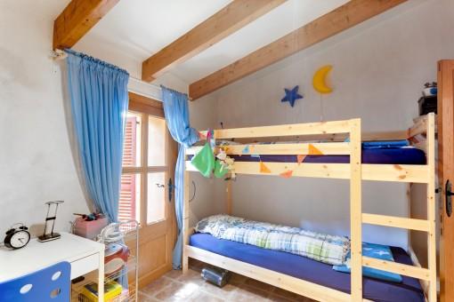 Kinderzimmer mit Etagenbett und Holzbalken