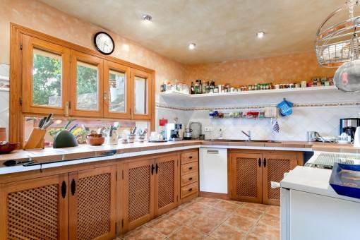 Typische voll ausgestattete Küche
