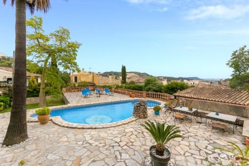 Alternative Ansicht vom Poolbereich mit Palmen