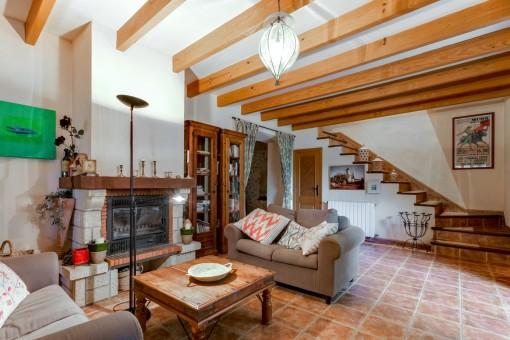 Wohnbereich mit Kamin und Holzbalken