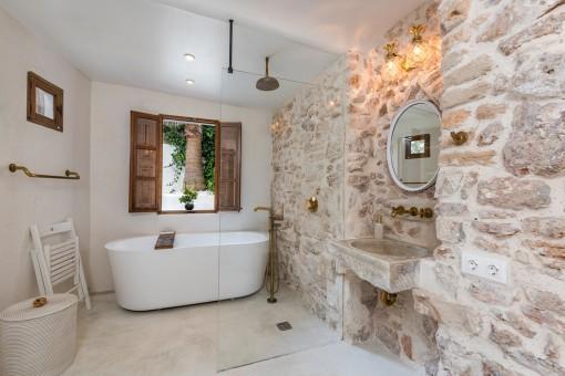 Einzigartiges Badezimmer mit Natursteinwand