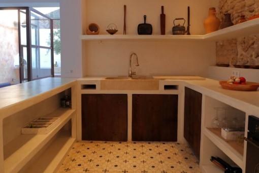 Gemauerte Küche aus weißem, poliertem Zement