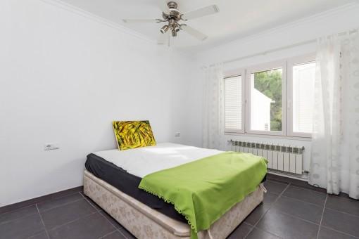 Gästezimmer mit Ventilator für warme Sommernächte