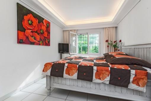 Hauptschlafzimmer mit extravagantem Stuck an der Decke