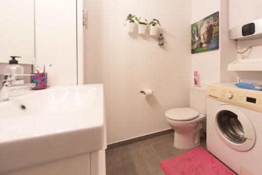 Modernes Badezimmer mit Waschmaschine