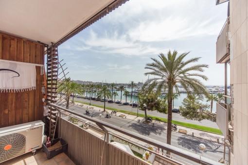 Balkon mit herrlichem Blick über den Yachthafen und die Promenade