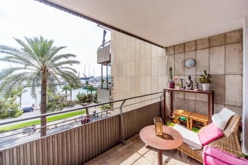 Fantastischer Balkon mit Loungebereich und Meerblick