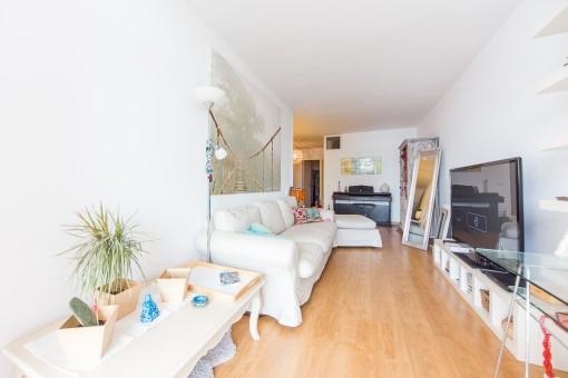 Alternative Ansicht des hellen Wohnbereiches
