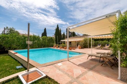 Poolbereich und Garten mit Sonnenliegen