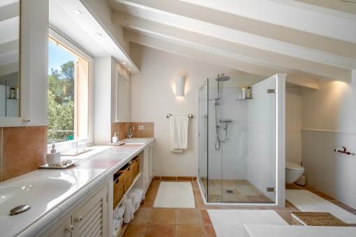 Modernes, mit Tageslicht durchflutetes Badezimmer
