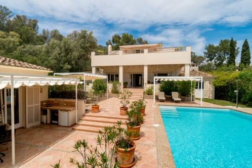 Absolut ruhig und trotzdem zentrumsnah - großzügige, stilvolle Villa mit Meerblick in Palma