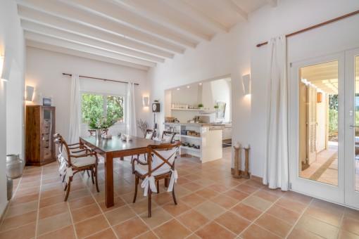 Einladender Essbereich mit offener Küche