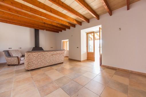 Heller Wohnbereich mit Kamin