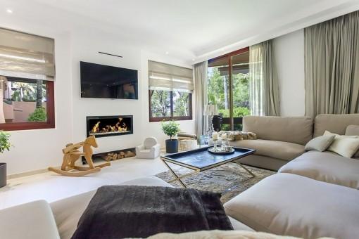 ger umige komfortable villa mit sehr gro er garage in einer gepflegten anlage in santa ponsa. Black Bedroom Furniture Sets. Home Design Ideas