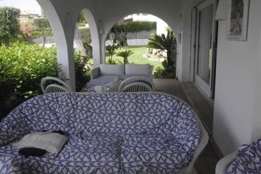 Überdachte Terrasse mit Sofa