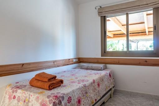 Schlafzimmer mit Blick auf die Terrasse