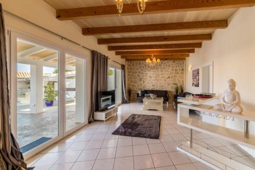 Die Immobilie bietet eine Wohnfläche von 300 qm