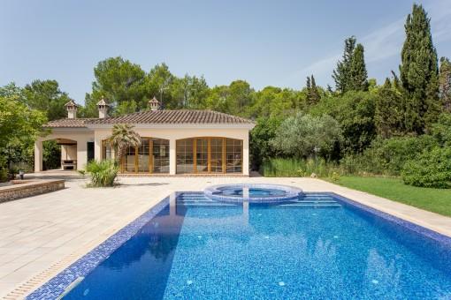 Blick auf das kleine Haus vom Pool aus