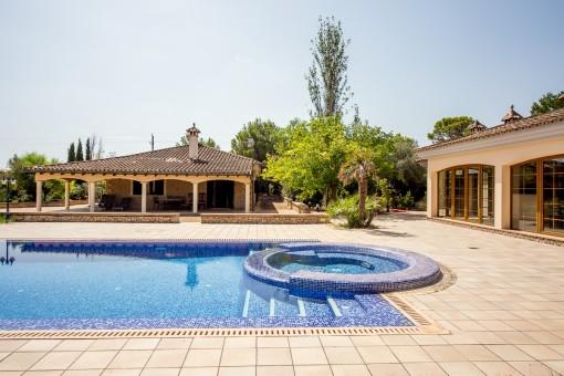 Villa mit Pool auf einem großen Grundstück in ruhiger Lage in der Urbanisation Son Ametler