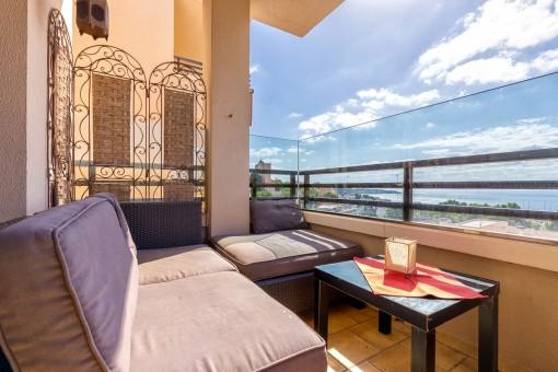 Gemütlicher Balkon mit Meerblick