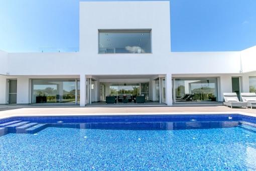 Moderne luxusvilla mit pool  Moderne Villa in einer Sackgasse, nur wenige Minuten vom Strand Es ...