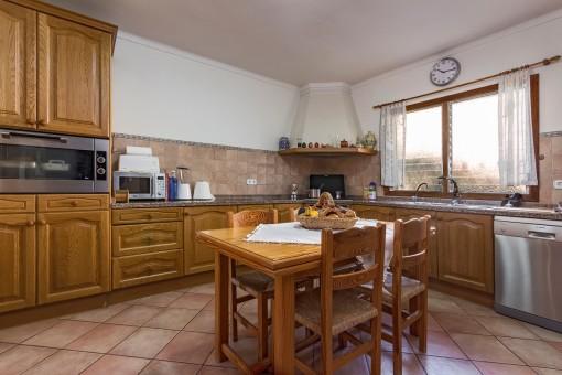 Antike Küche mit kleinem Esstisch