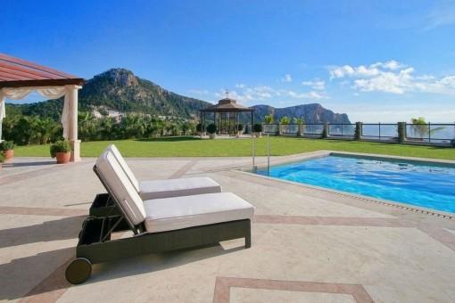 Toller Poolbereich mit einer Menge Platz zum Entspannen