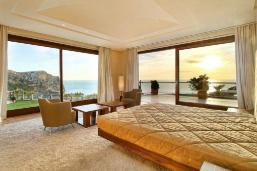 Eines von 3 Schlafzimmern mit Panoramafenstern