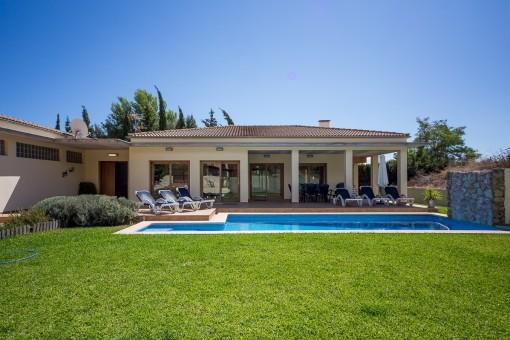 Moderne, funktionale Villa mit großzügigen Räumlichkeiten in ruhig gelegener Urbanisation