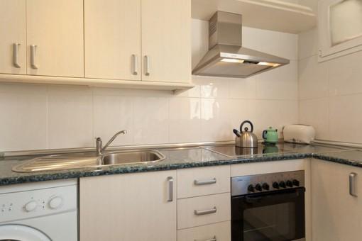 Voll ausgestattete Küche mit Waschmaschine