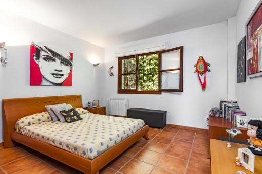Großes Schlafzimmer mit Heizung