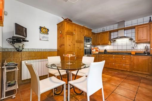 Voll ausgestattete Küche mit Essbereich